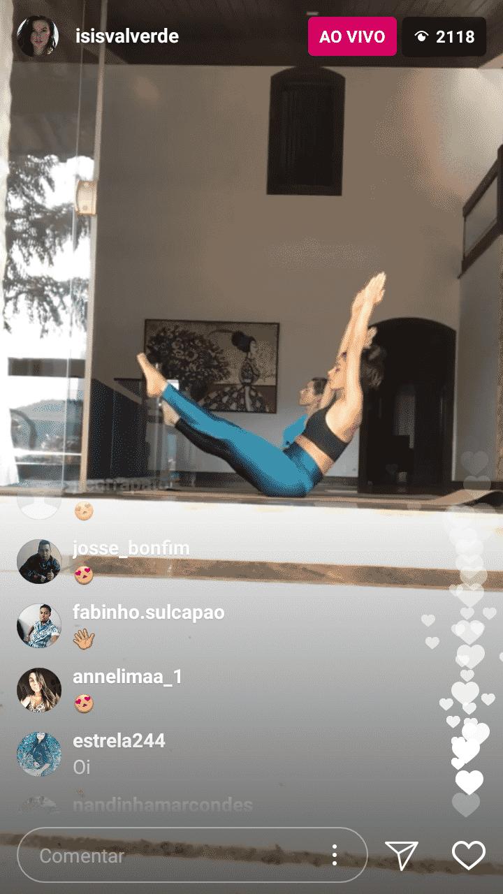 Gestante, Isis Valverde faz ioga