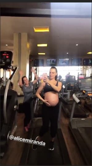 Isis Valverde malhando no final da gravidez