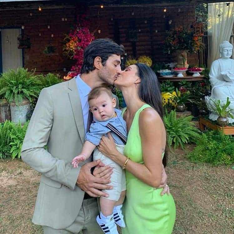 A mãe Isis Valverde com o marido e o filho de cinco meses