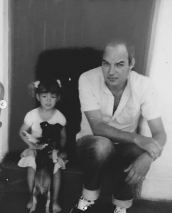 Isis Valverde com o pai quando era criança