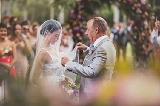 Isis Valverde ao lado do pai no dia do casamento