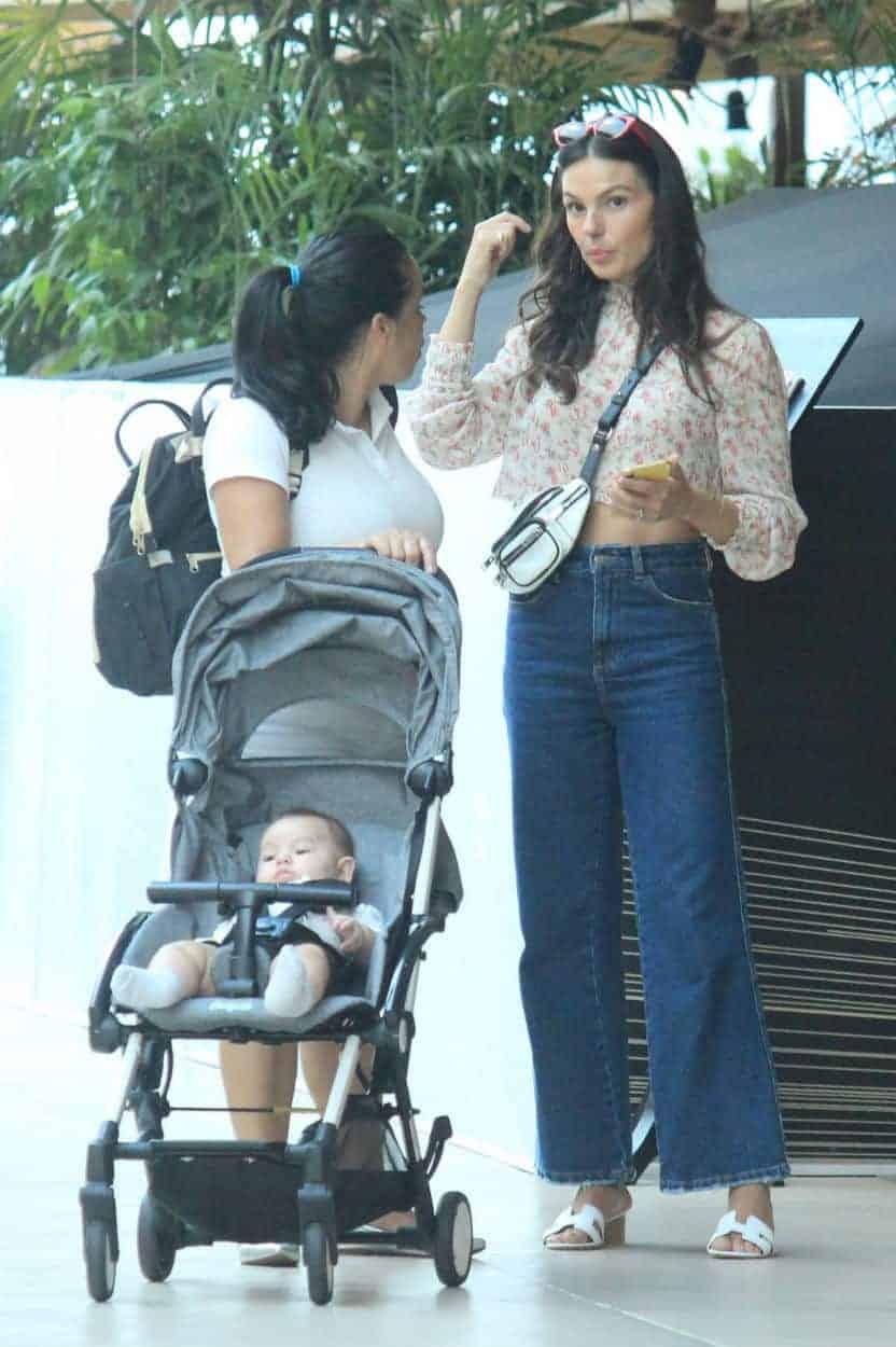 Rael passeando no shopping com a mamãe
