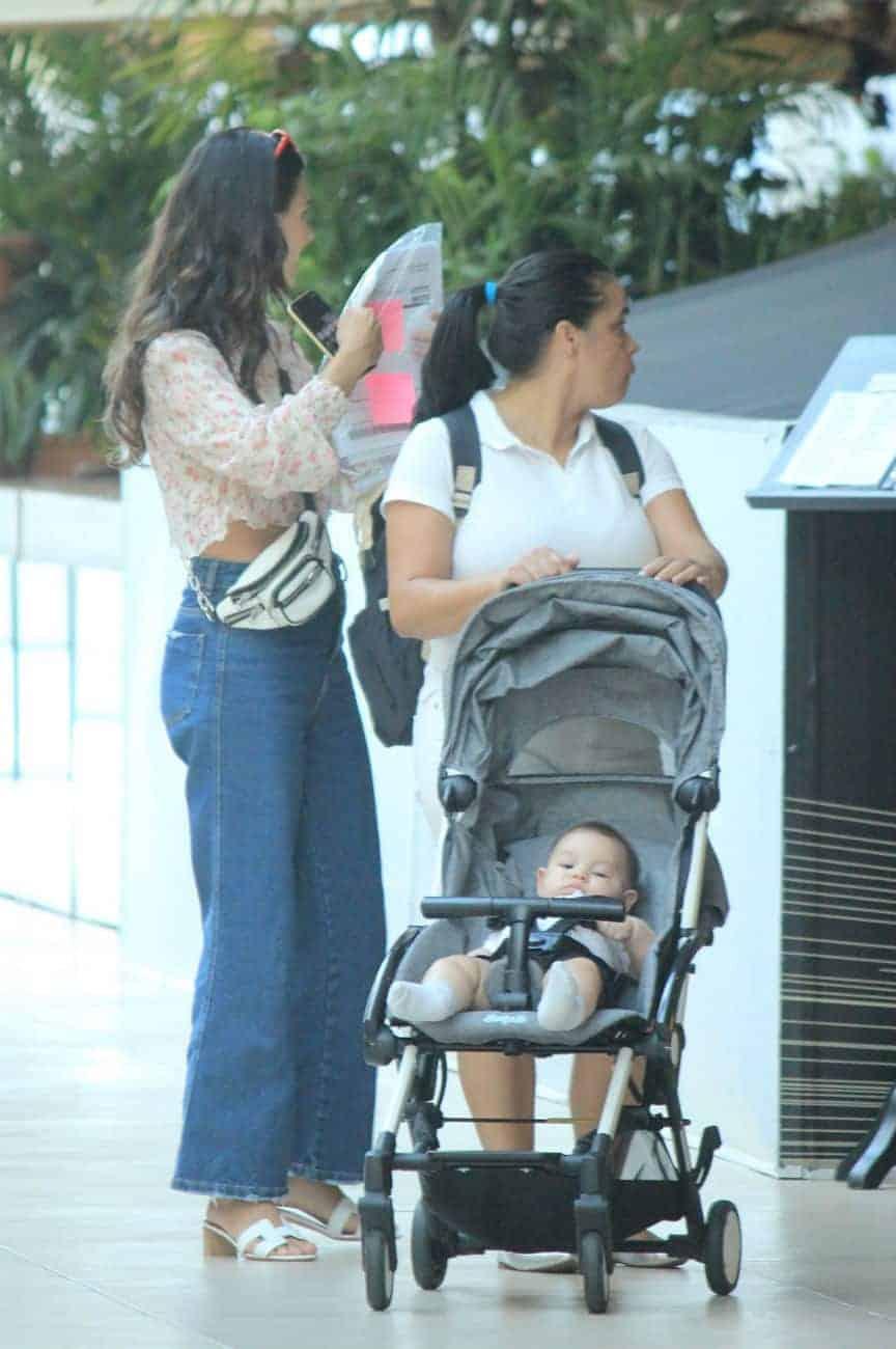 Isis Valverde passeia no shopping com o filho