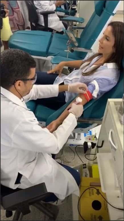 A cantora Ivete Sangalo compartilhou essa imagem doando sangue na Bahia