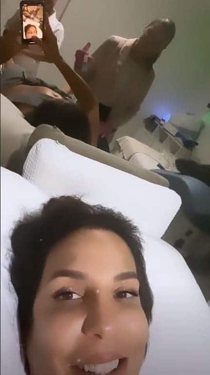 Ivete Sangalo mostrou a barriga durante tratamento estético
