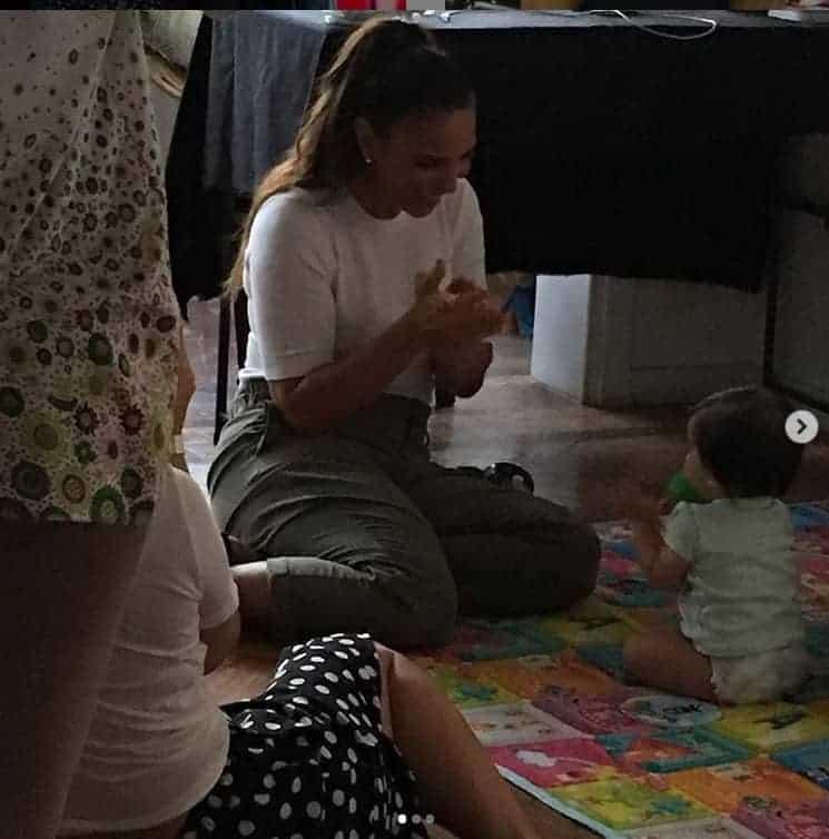 Durante gravação de uma campanha a cantora Ivete Sangalo brinca com um bebê