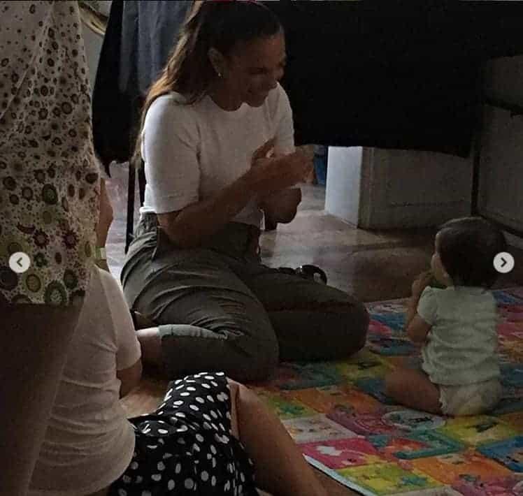Ivete Sangalo com uma bebê durante a gravação da campanha