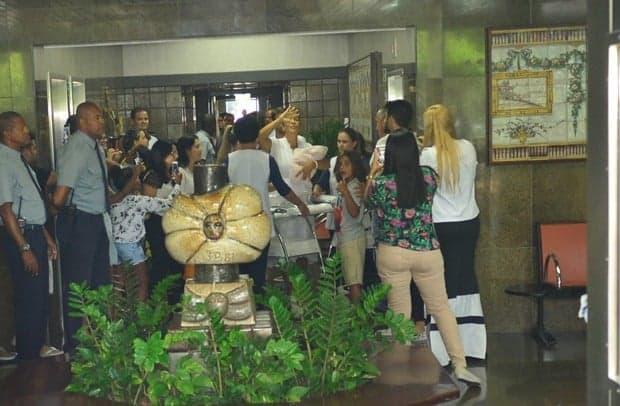 Ivete, Daniel, Marcelinho e as gêmeas saindo da maternidade