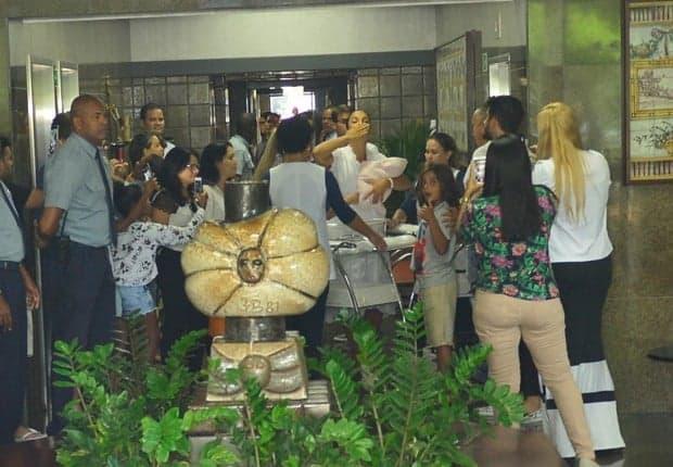 A mamãe Ivete Sangalo deixou a maternidade do Hospital Aliança em Salvador