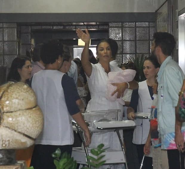 A cantora Ivete Sangalo deixou a maternidade do Hospital Aliança em Salvador
