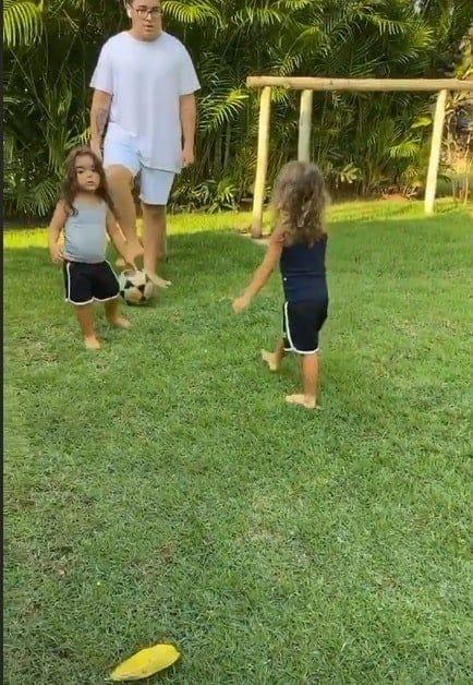 Gêmeas de Ivete Sangalo brincando