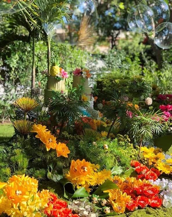 Na festa de um ano das gêmeas da cantora Ivete Sangalo a decoração da festa ficou repleta de verde e de flores
