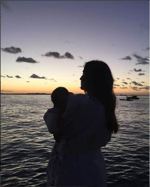 Ivete Sangalo na praia com uma das gêmeas