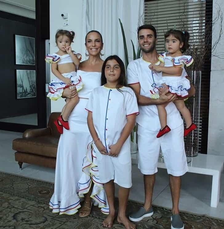 Ivete Sangalo com suas filhas gêmeas, o marido e o filho