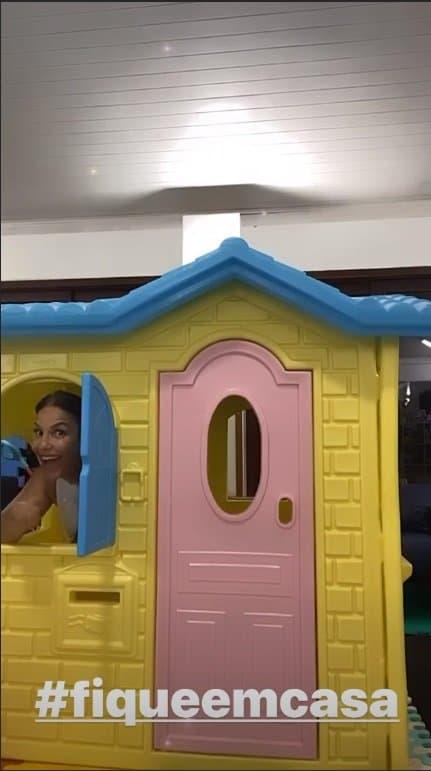 Ivete Sangalo na casa de bonecas de suas filhas