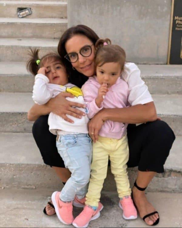 Ivete Sangalo com as filhas Marina e Helena