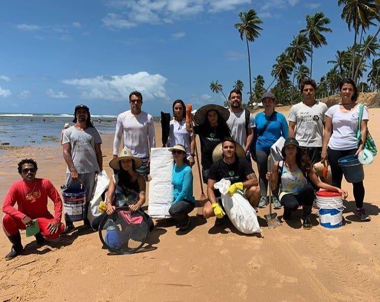 Filho de Ivete Sangalo no centro ajudando a retirar óleo de praia