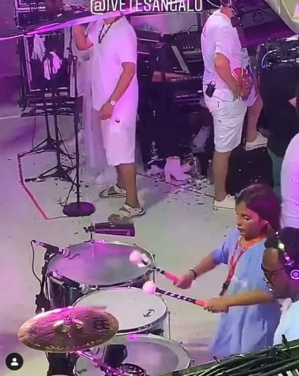 O menino Marcelo tocando no trio elétrico da mãe a cantora Ivete Sangalo