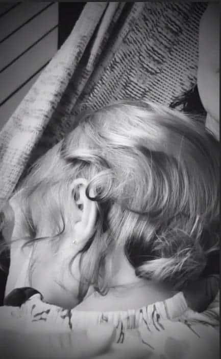 Uma das bebês gêmeas de Ivete Sangalo dormindo