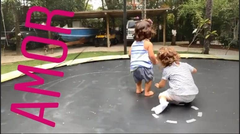 Ivete Sangalo mostrou suas gêmeas pulando na cama elástica