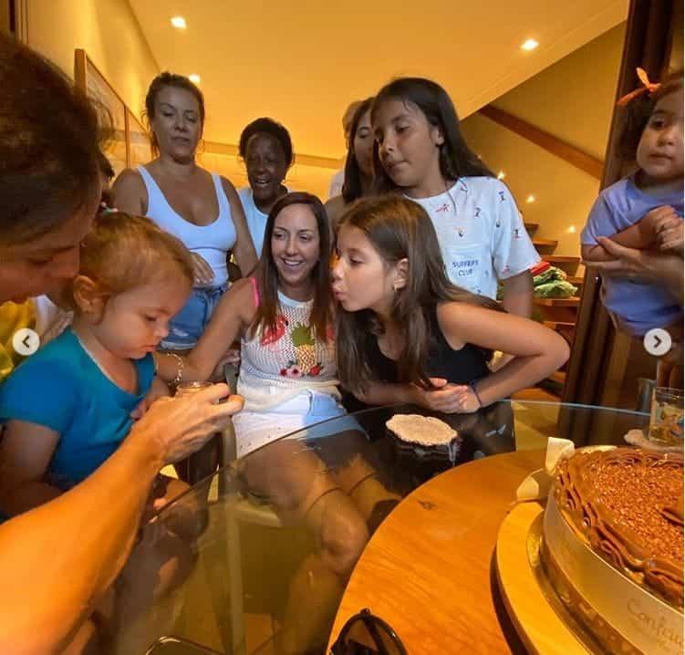 Ivete Sangalo com as filhas no aniversário de uma amiga
