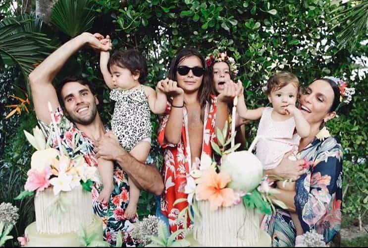 Ivete Sangalo com toda a família na hora do parabéns para as gêmeas