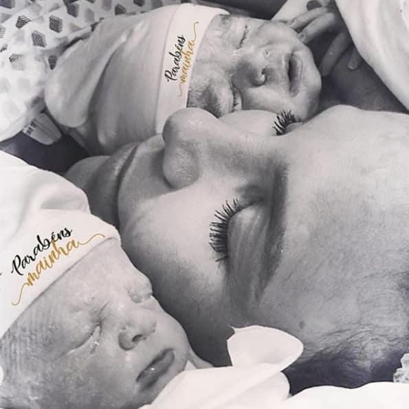 A mamãe Ivete Sangalo com suas gêmeas Marina e Helena logo após o parto