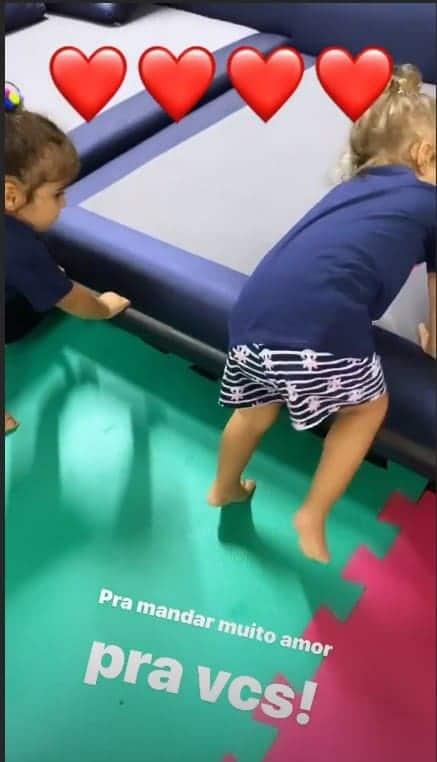 Gêmeas de Ivete Sangalo durante brincadeira