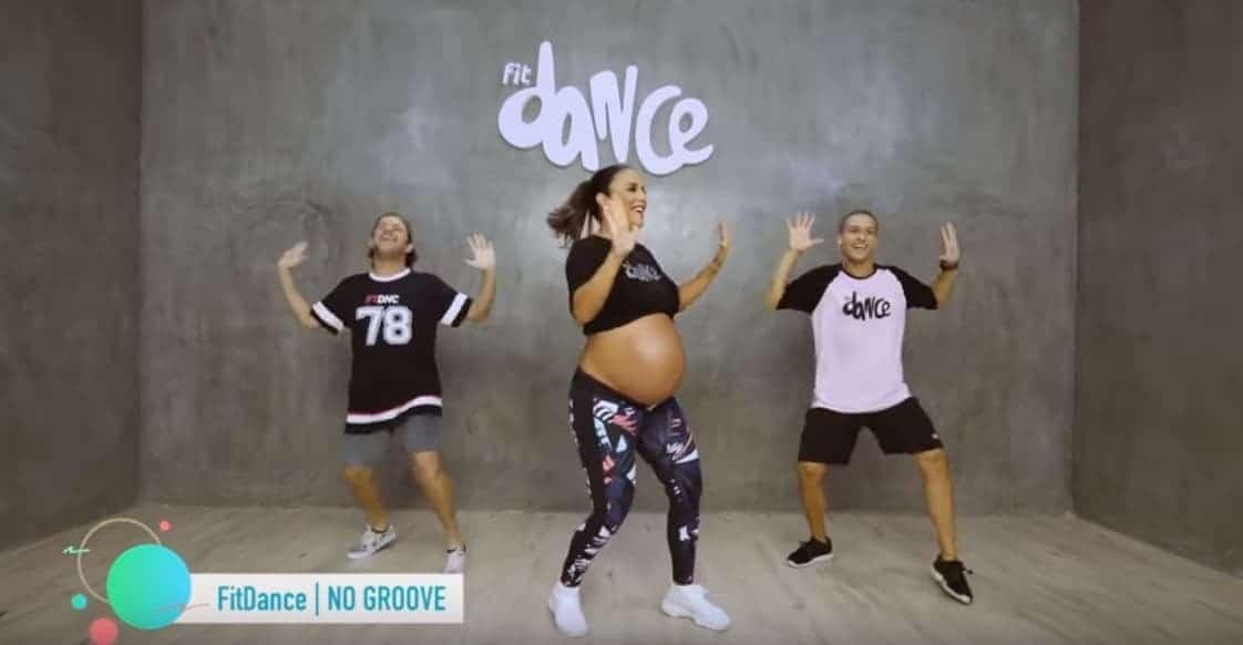 Ivete Sangalo dançando, quando estava grávida das gêmeas