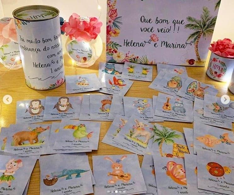 A cantora ainda deu uma latinha com um jogo da memória para cada criança