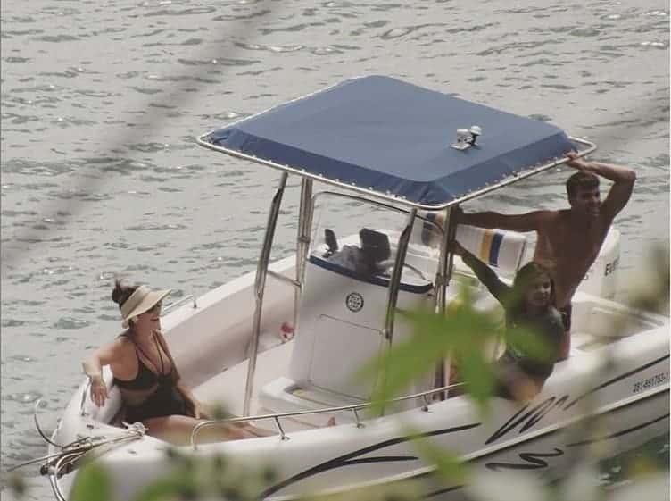 A mamãe Ivete Sangalo passeando de barco com o marido e o filho