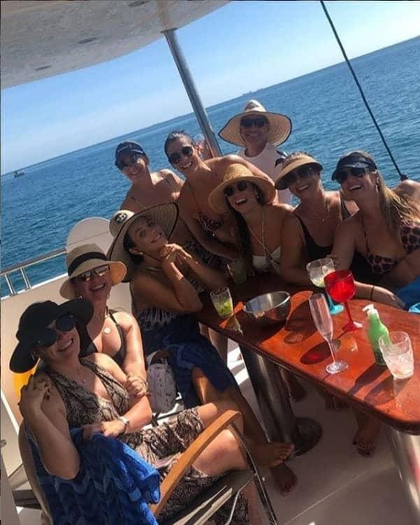 Ivete Sangalo curtindo um passeio de barco com amigas