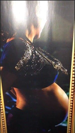 Um belo quadro com a cantora Ivete Sangalo gravida.