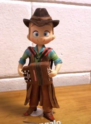 Ivete Sangalo deu esse bonequinho para os filhos de Michel Teló e Thaís Fersoza