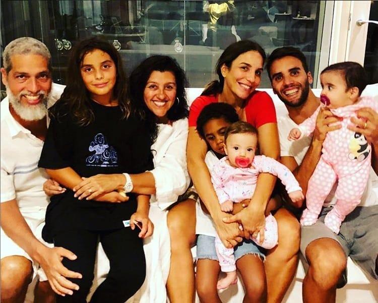 Ivete Sangalo e Regina Casé com seus filhos