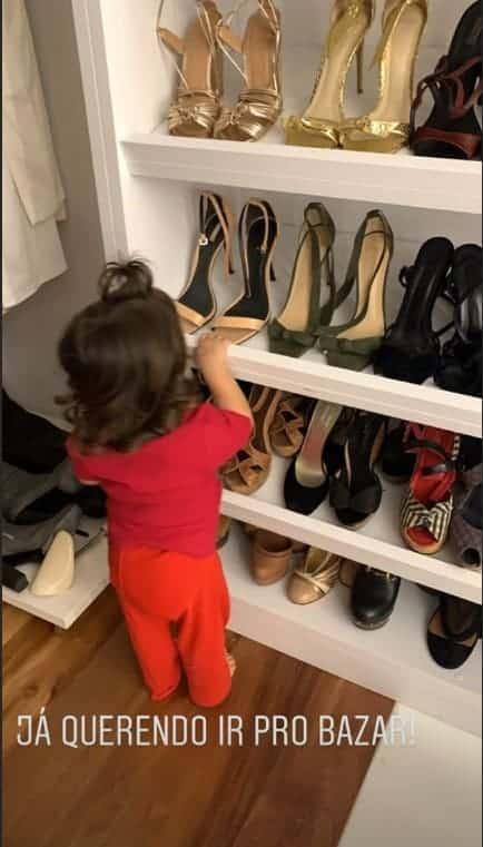 Ivete Sangalo mostrou a gêmea Marina em seu closet
