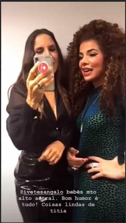 Ivete Sangalo mostrando o vídeo de suas gêmeas