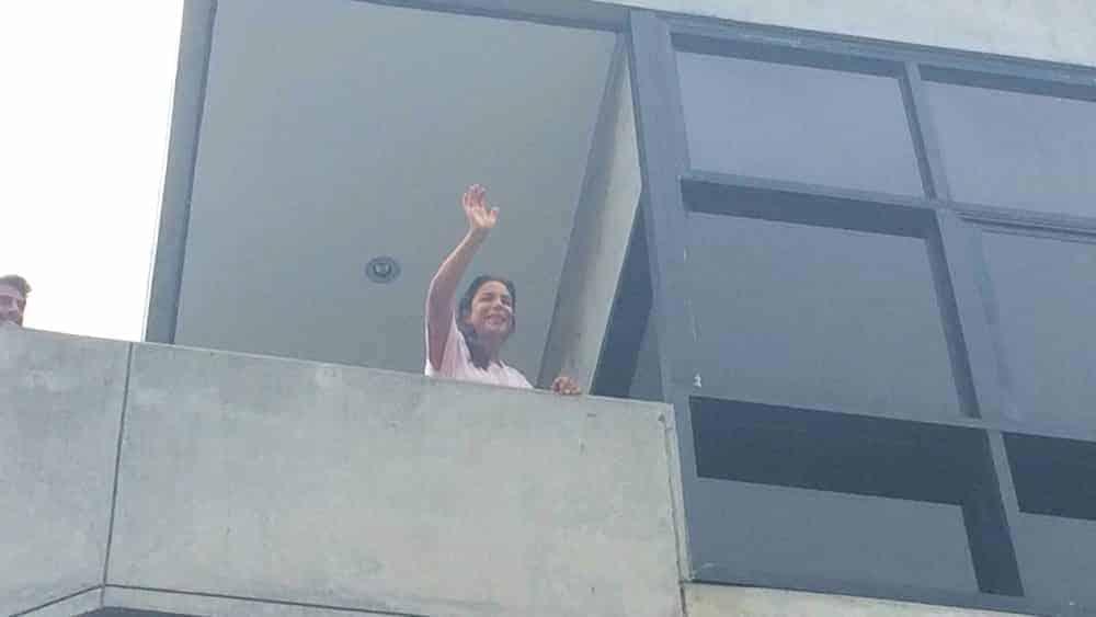 Ivete Sangalo apareceu na varanda do quarto do hospital