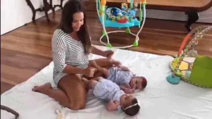 Ivete Sangalo brincando com as filhas