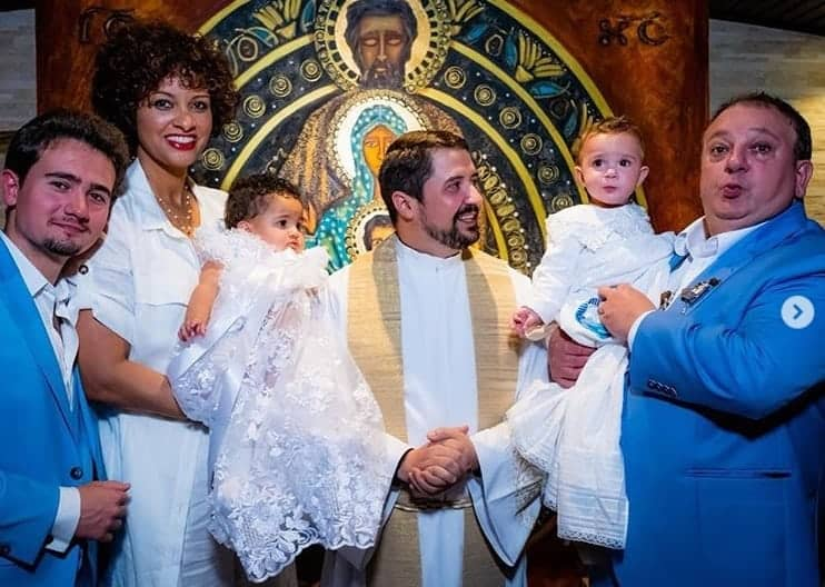 Jacquin com os gêmeos, o filho mais velho e a esposa no batizado