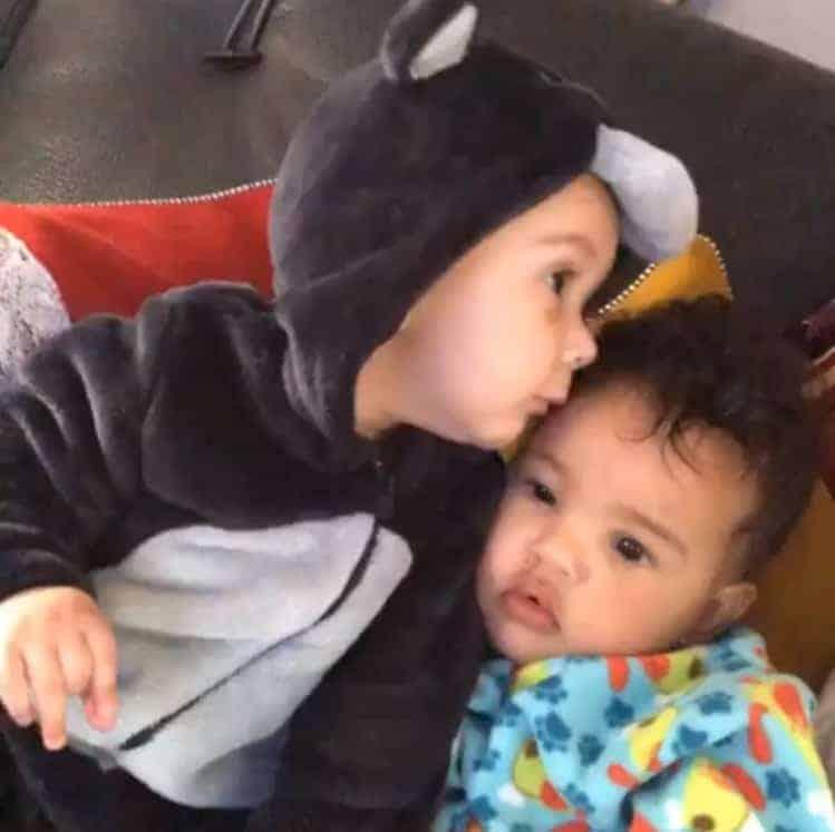 Um dos gêmeos de Jacquin dando beijo na irmã gêmea