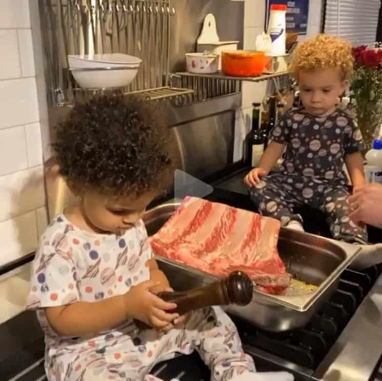 Filhos gêmeos de Erick Jacquin cozinhando com seu pai