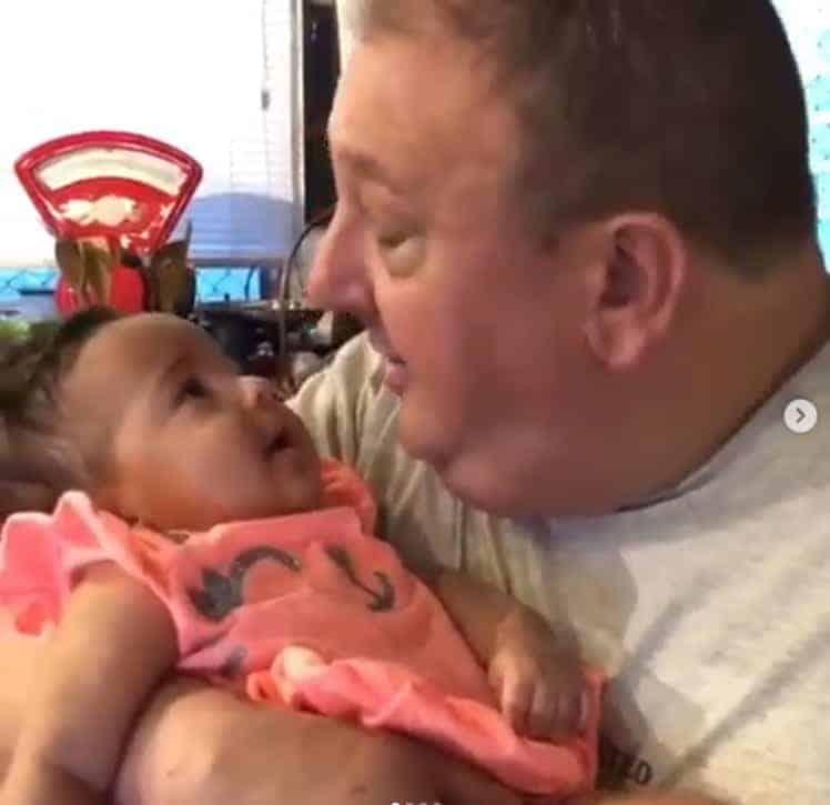 O papai Erick Jacquin com sua gêmea Élise