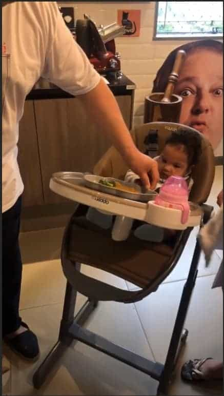 A menina Élise comendo sua papinha