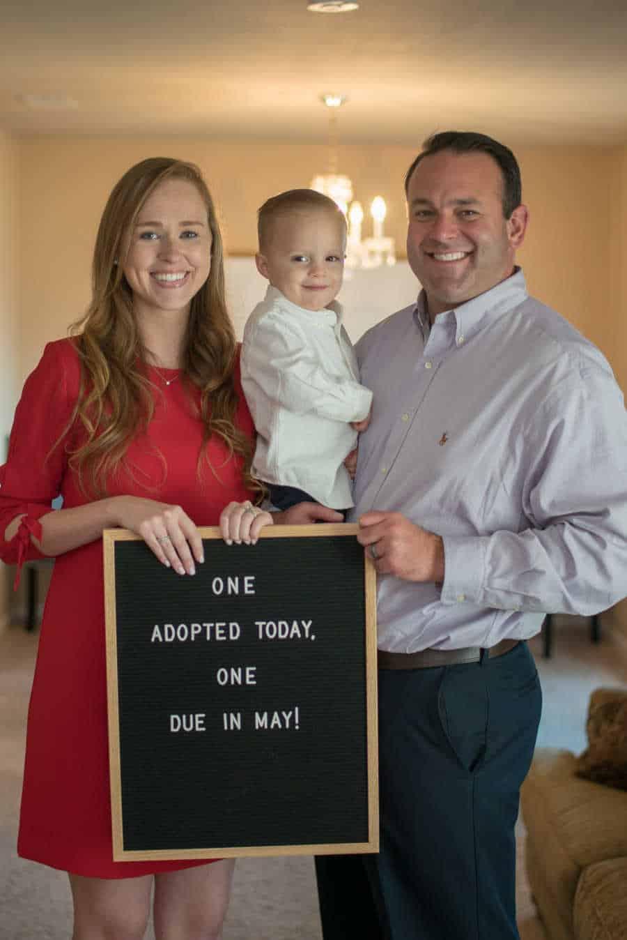 Os pais Chas e Katie junto do bebê Jett