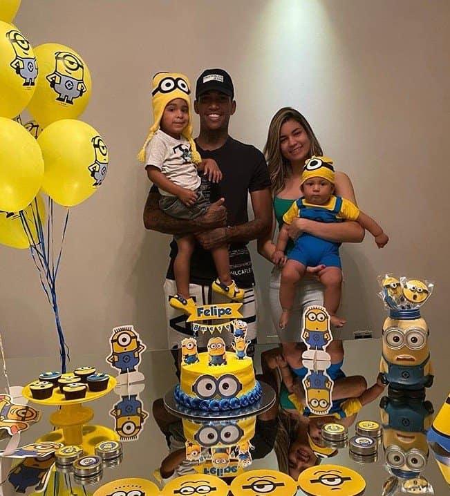 Jogador Raniel do Santos posando com a esposa e os filhos