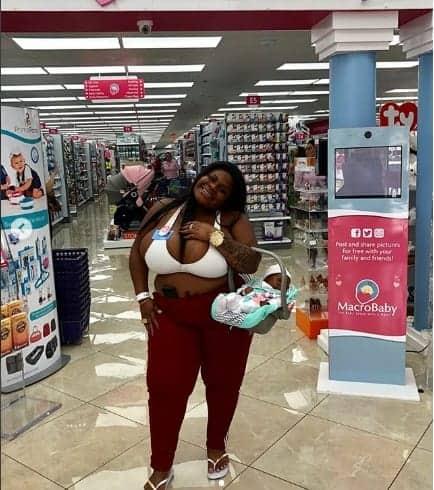 Imagem da Jojo Todynho fazendo compras na loja de bebê