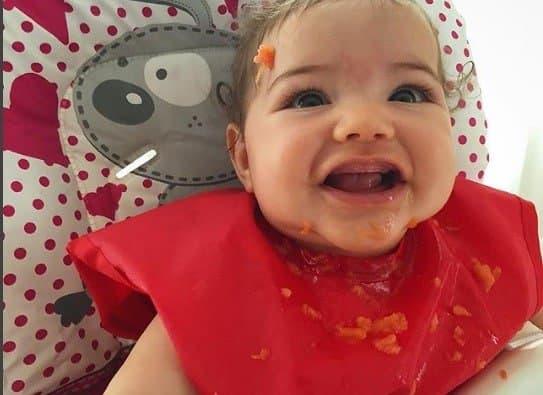 Filha de José Loreto e Débora Nascimento lambuzada com fruta