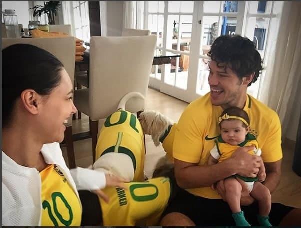 A fofíssima Bella no colo do José Loreto e junto da mamãe Débora Nascimento, torcendo pelo Brasil