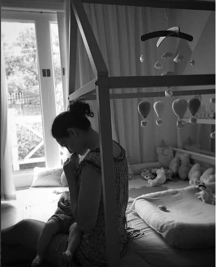 Publicação da atriz Débora Nascimento do quarto de sua filha Bella
